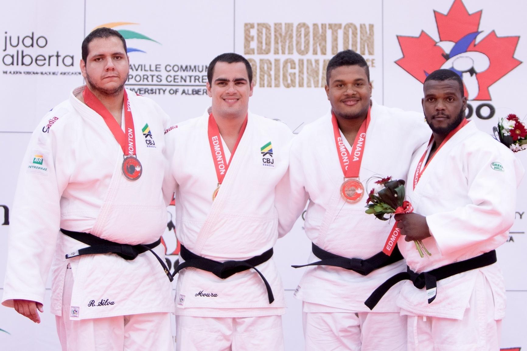 Pódio dos pesados do Campeonato Pan-Americano de Edmonton, com Rafael Silva (prata) e David Moura (ouro) à esquerda