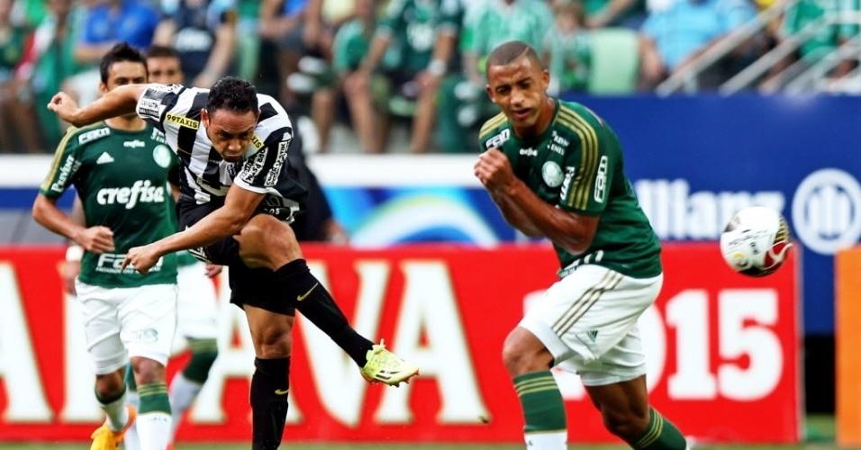 Ricardo Oliveira manda bola para o gol na partida entre Santos e Palmeiras