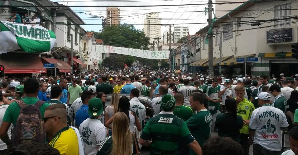 Torcida do palmeiras chega para a primeira partida da final do Campeonato Paulista