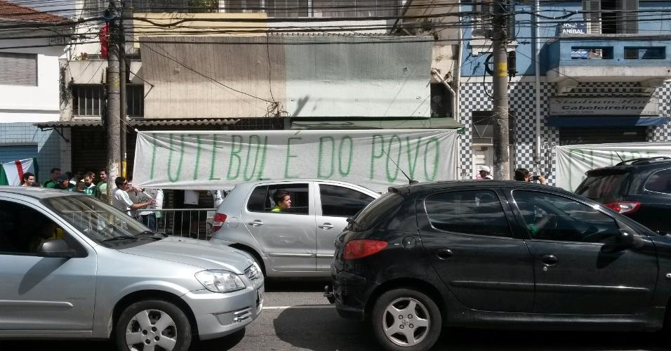 Torcida do Palmeiras faz protesto contra o preço dos ingressos
