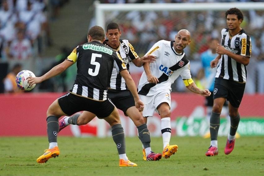 Três jogadores do Botafogo cerca o volante Guiñazu, do Vasco, durante a decisão do Campeonato Carioca