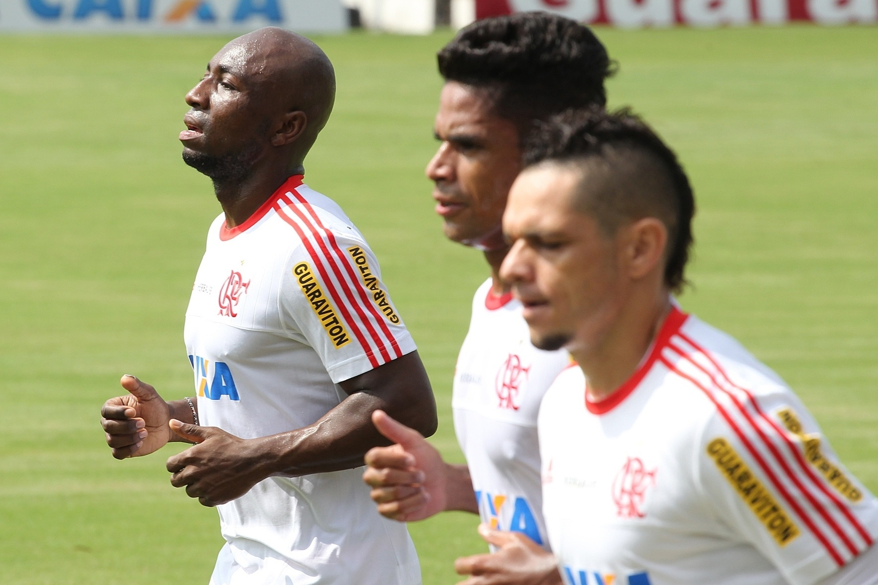 27 abr. 2015 - Ao lado de Almir e Pará, Armero participa de treino físico no Flamengo