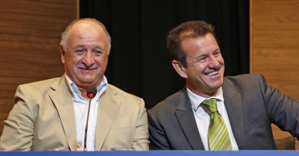 Luiz Felipe Scolari, técnico da seleção brasileira na Copa de 2014, posa ao lado de Dunga no Congresso de técnicos promovido pela CBF