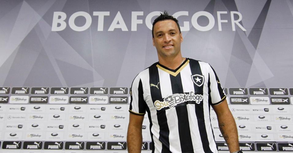 28 abr. 2015 - Daniel Carvalho posa com a camisa do Botafogo durante apresentação no Engenhão