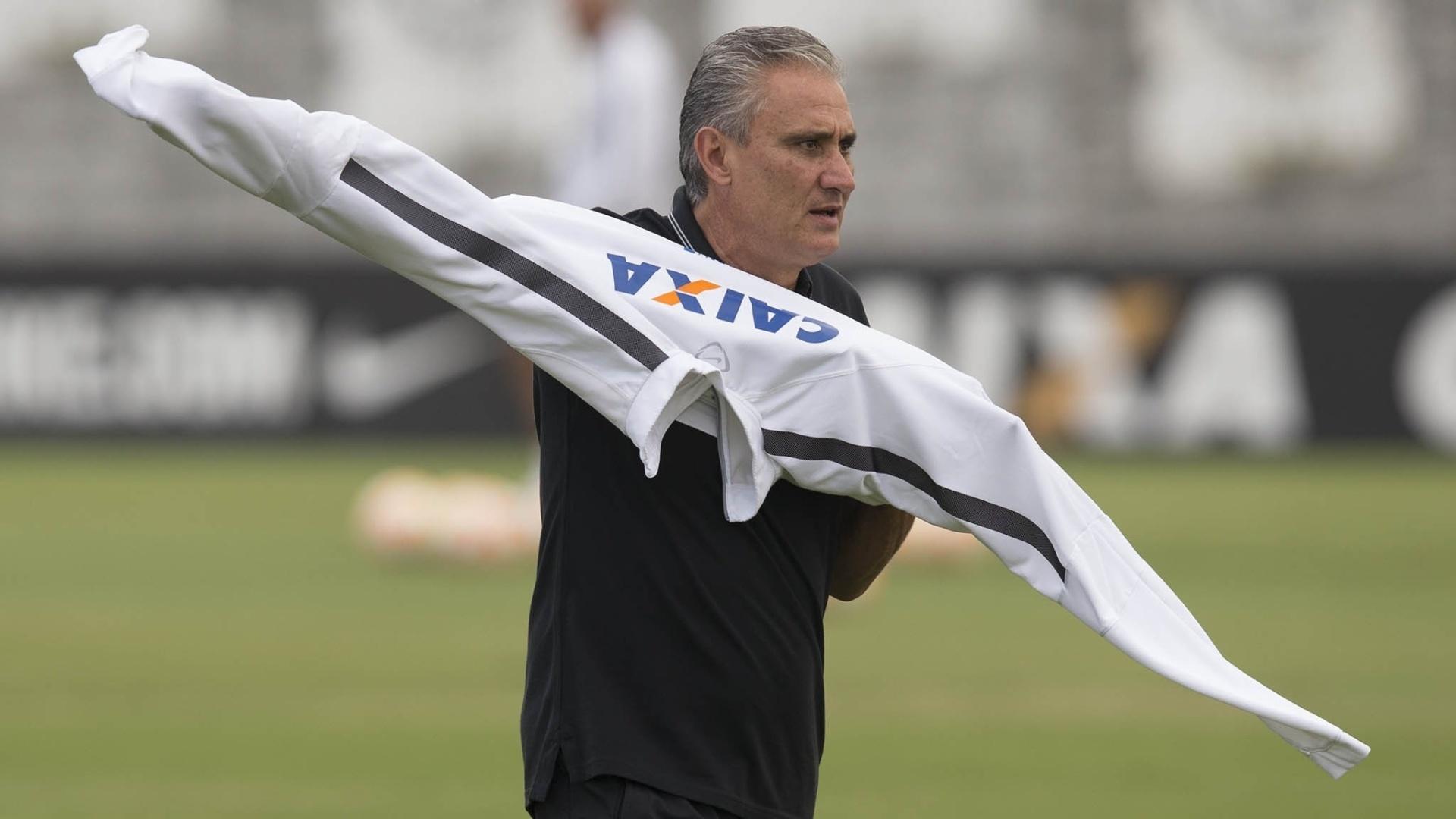 Tite se ajeita durante treinamento do Corinthians na terça-feira