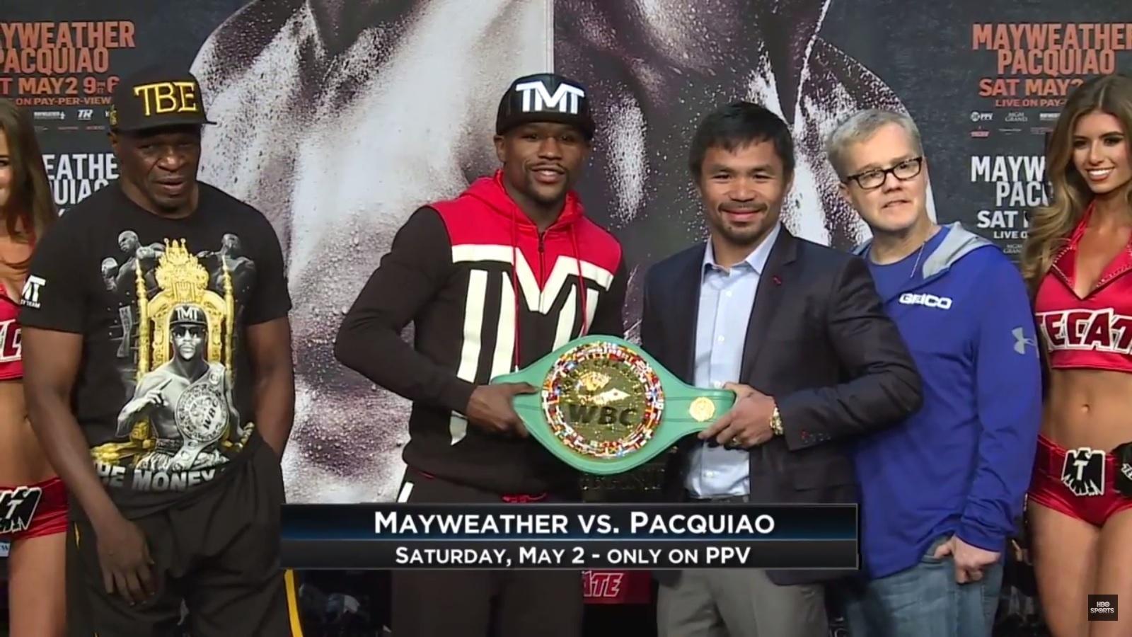 Floyd Mayweather Jr. e Manny Pacquiao posam junto com o cinturão da