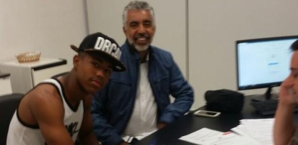 Malcom, atacante do Corinthians, assina contrato ao lado de procurador Nílson Moura