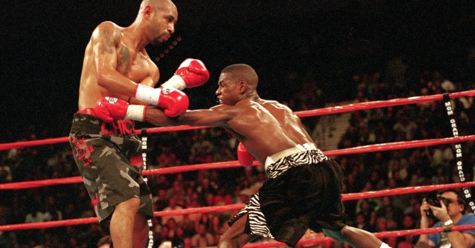 20 de janeiro de 2001 - Nocaute técnico no décimo round sobre Diego Corrales. Muitos críticos achavam que Mayweather não teria chance diante do tamanho e pegada do adversário, mas ele mostrou técnica para obter a vitória.