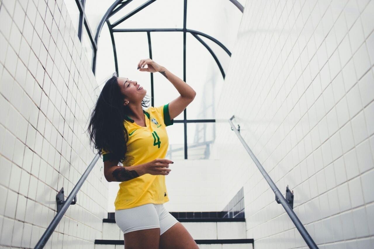 Alinne Calandrini é zagueira do Santos e da seleção brasileira