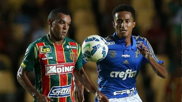 Jogadores de Sampaio Corrêa e Palmeiras disputam a bola durante partida válida pela Copa do Brasil