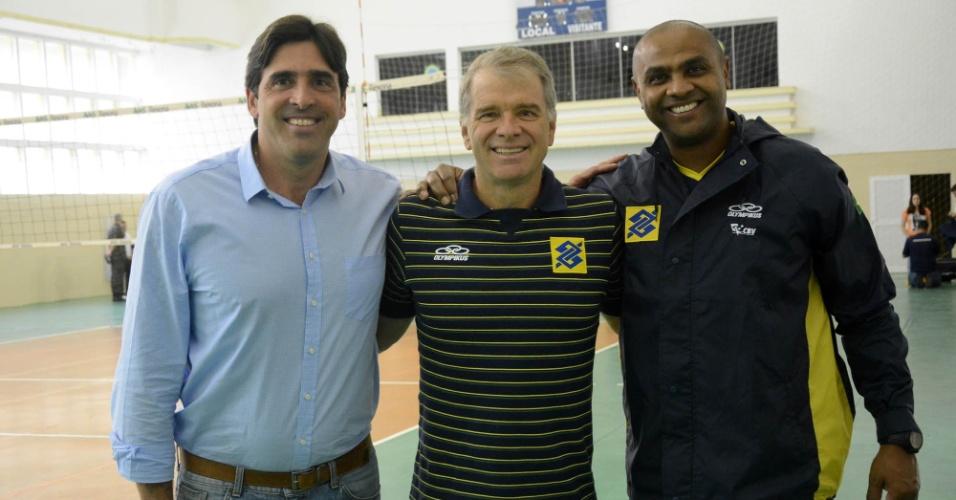 01.mai.2015 - Giovane Gávio (coordenador de vôlei da Rio-2016), Bernardinho (técnico da seleção masculina) e Anderson (auxiliar) posam para foto em treino no Rio de Janeiro