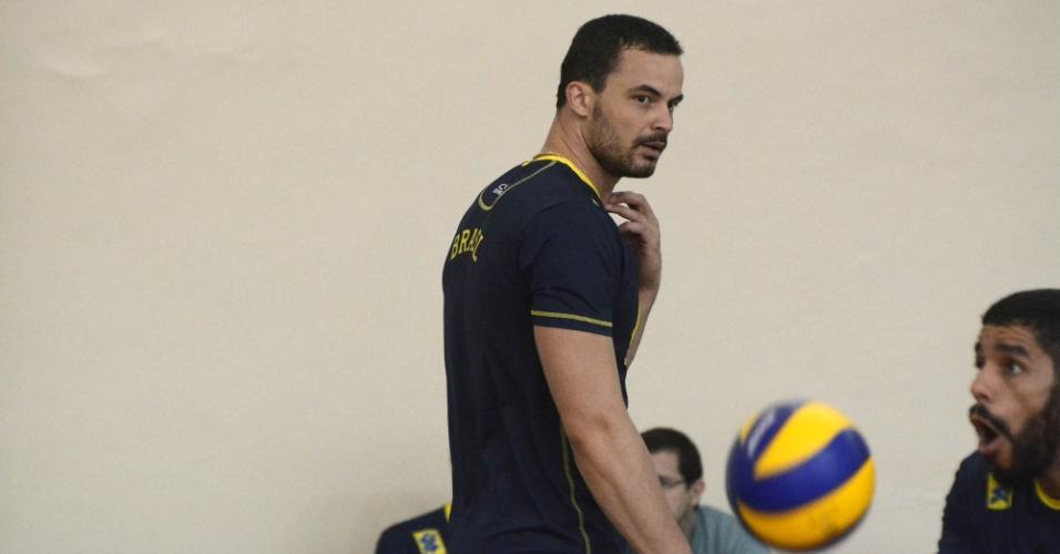 01.mai.2015 - Riad observa enquanto Wallace tenta recepção em treino da seleção brasileira de vôlei masculino no Rio de Janeiro