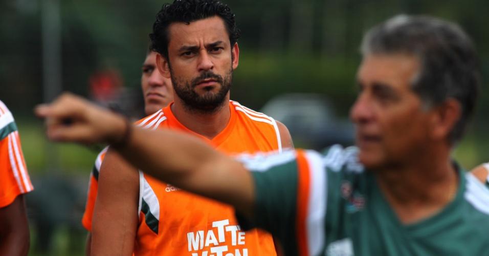 29 abr. 2015 - Em Mangaratiba, Fred observa sinalização do técnico Ricardo Drubscky durante treino do Fluminense