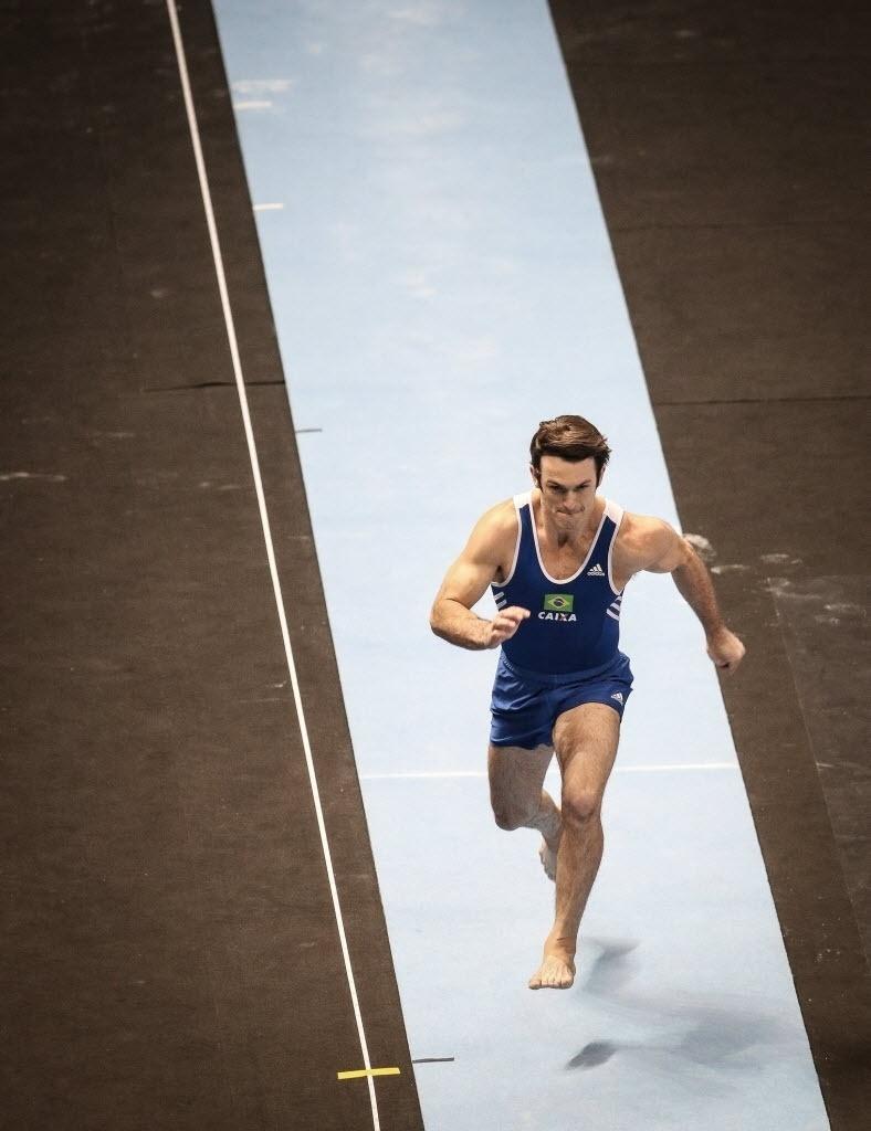 02.mai.2015 - Diego Hypolito sofreu com dores nas costas, mas conseguiu medalha de bronze no salto em etapa da Copa do Mundo de ginástica artística