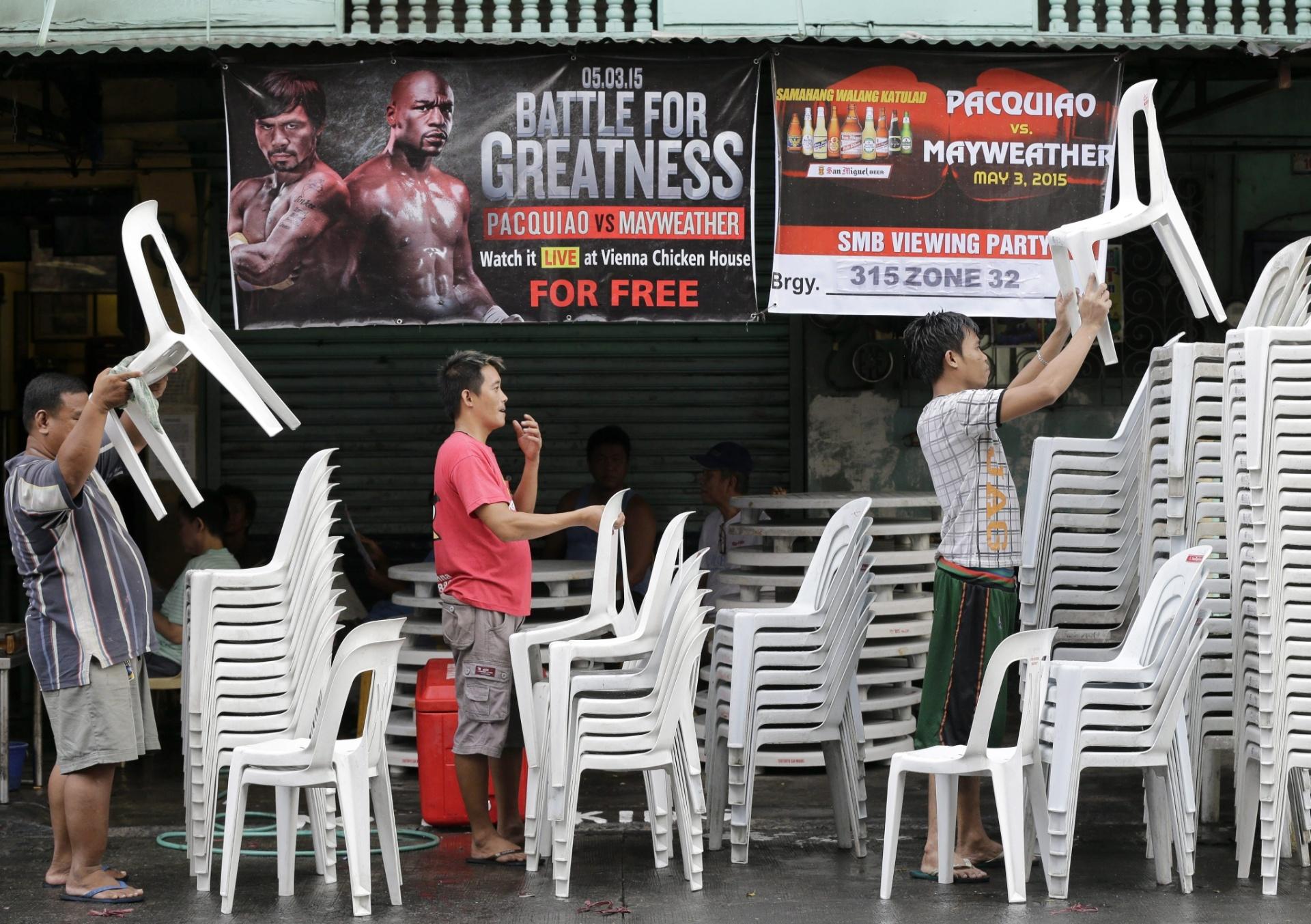 Filipinos arrumam cadeiras para acompanharem o combate entre Floyd Mayweather Jr. e Manny Pacquiao