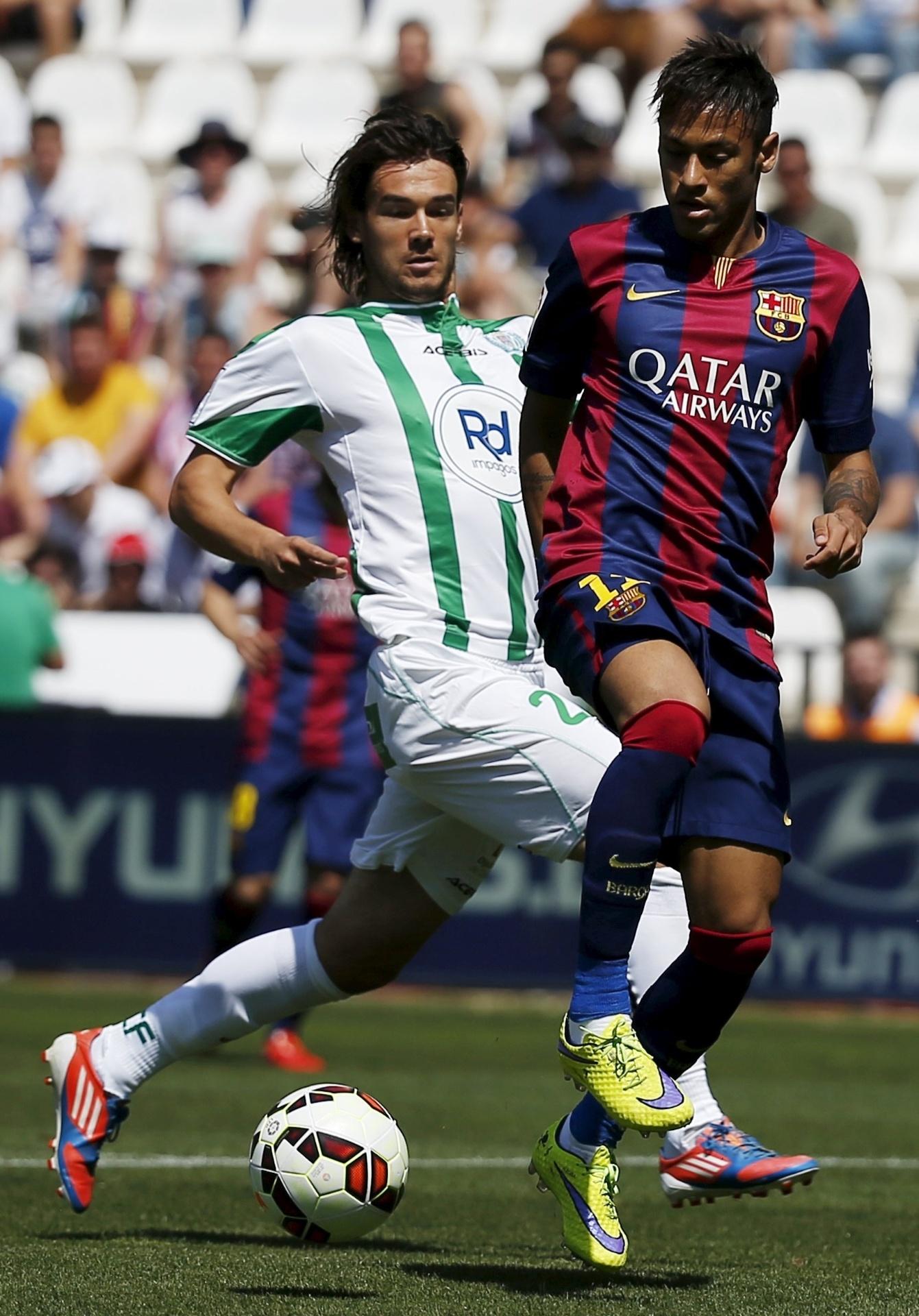 Neymar recebe a marcação de Rene Krhin em partida do Barcelona contra o Córdoba