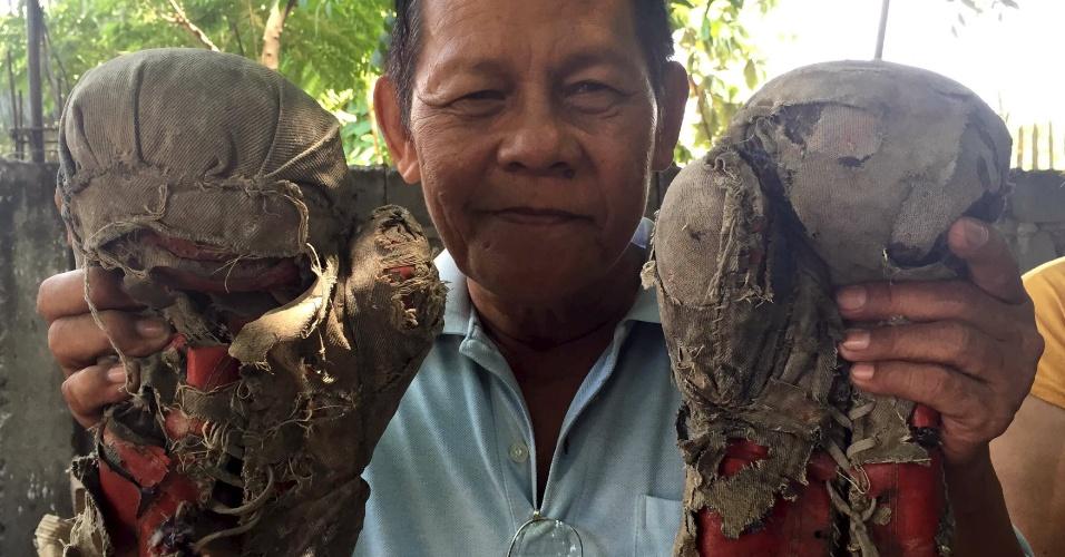 Tio de Manny Pacquiao exibe luvas usadas pelo sobrinho no passado