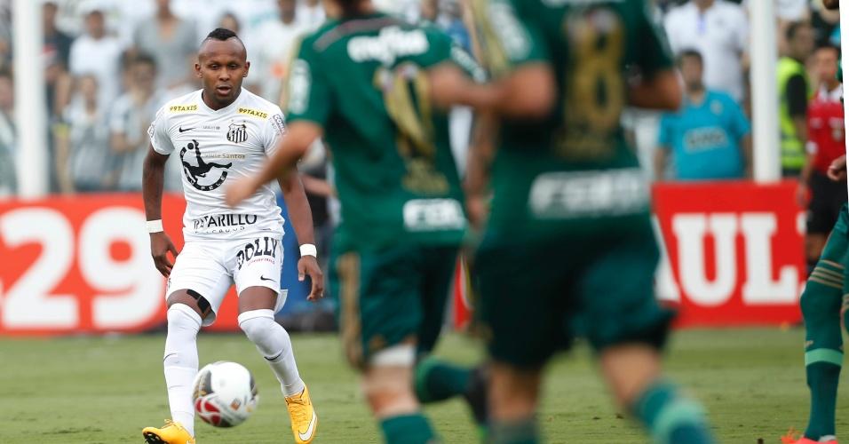 Chiquinho, do Santos, diante da marcação de dois jogadores do Palmeiras na final do Paulista