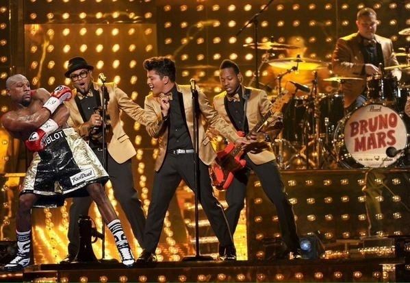 Conhecido por suas ótimas esquivas, Mayweather, junto com seu gingado, ganhou uma vaga na banda de Bruno Mars