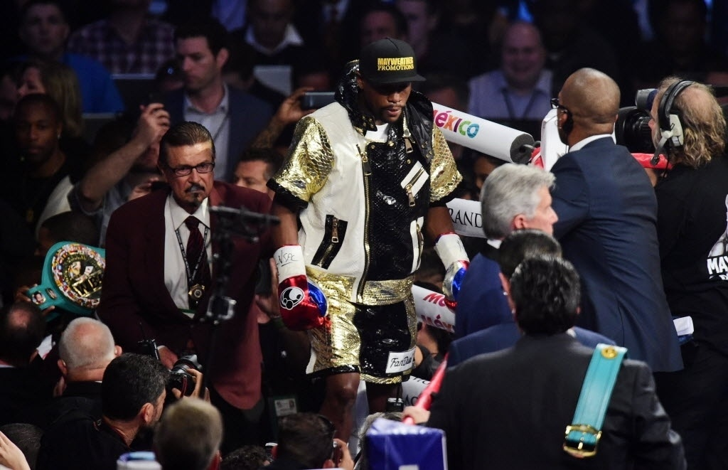 Floyd Mayweather sobe ao ringue para a luta de boxe mais esperada desse século