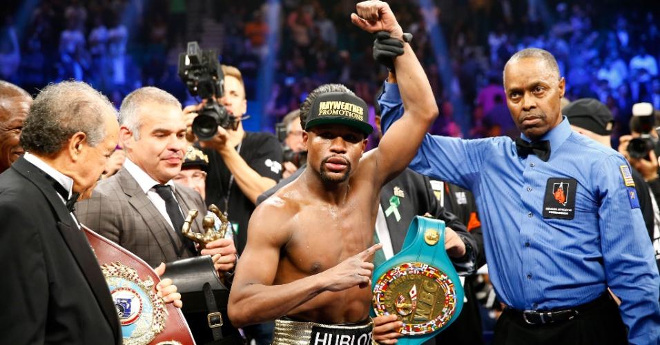 Floyd Mayweather unificou os cinturões da Organização Mundial de Boxe (WBO), da Associação Mundial de Boxe (WBA) e do Conselho Mundial de Boxe (WBC) na categoria meio-médio