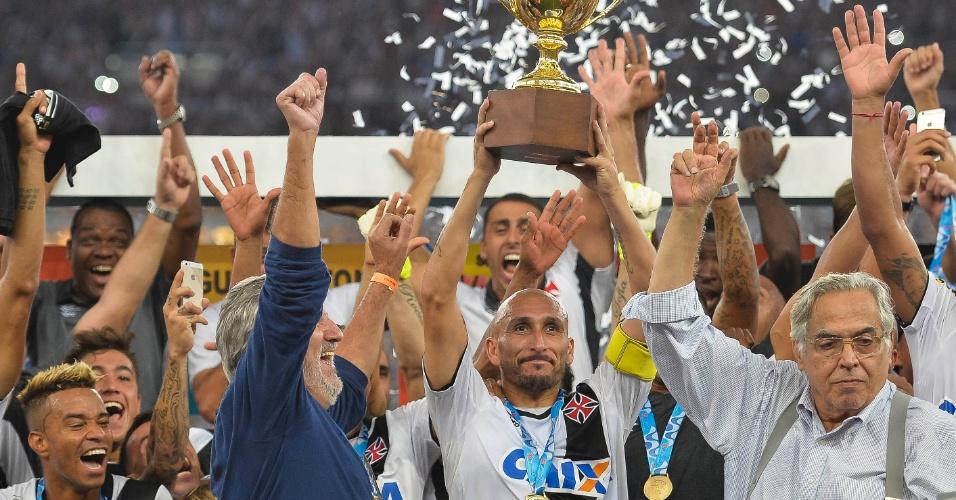 Guiñazú ergue a taça de campeão carioca pelo Vasco. O time superou o Botafogo pelo placar de 2 a 1 na final