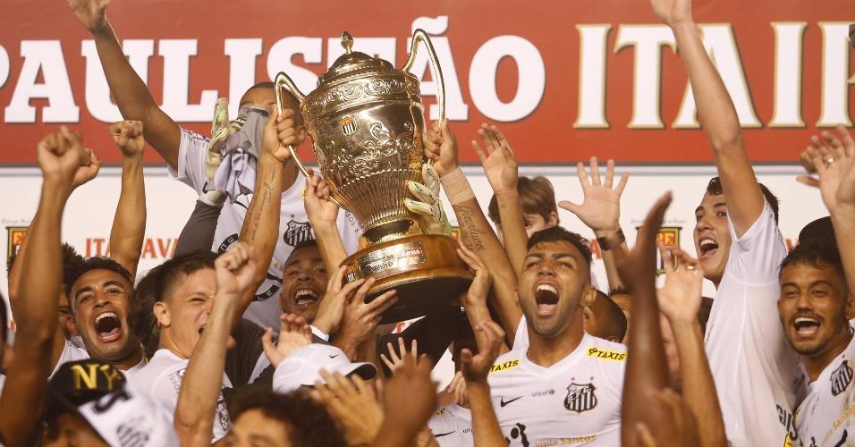 Jogadores do Santos erguem a taça após conquistar o título do Campeonato Paulista