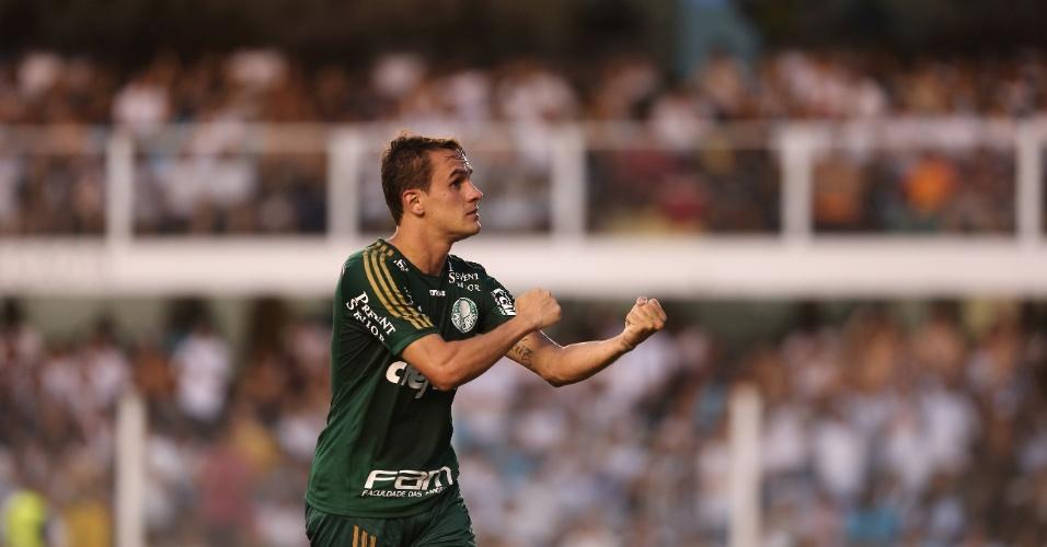 Lucas comemora gol do Palmeiras na Vila Belmiro