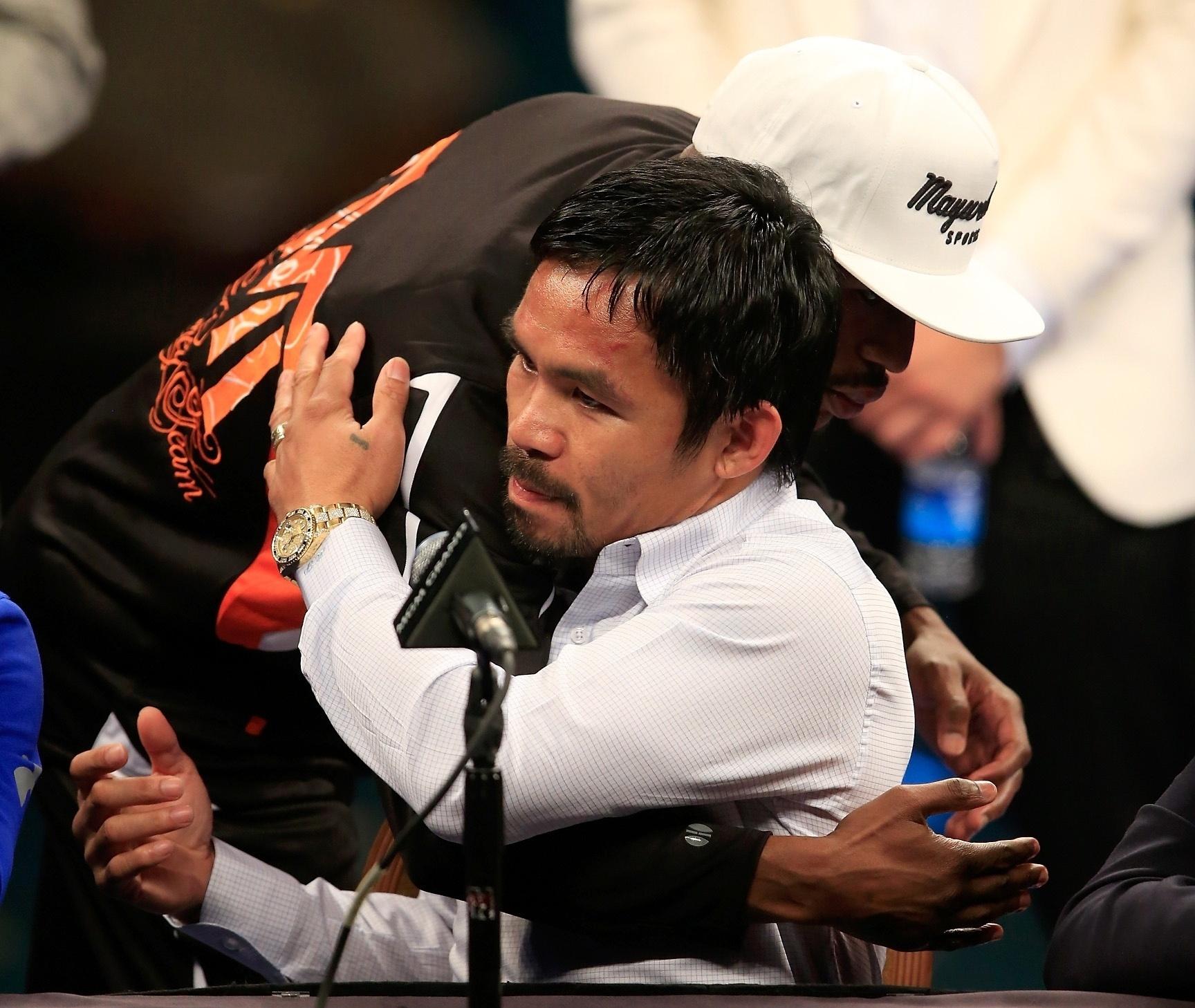 Manny Pacquiao e Floyd Mayweather se abraçam na entrevista coletiva depois da luta