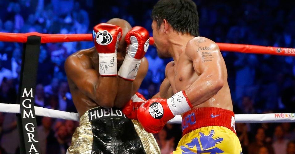 Manny Pacquiao leva Floyd Mayweather para as cordas, mas norte-americano consegue se defender com maestria