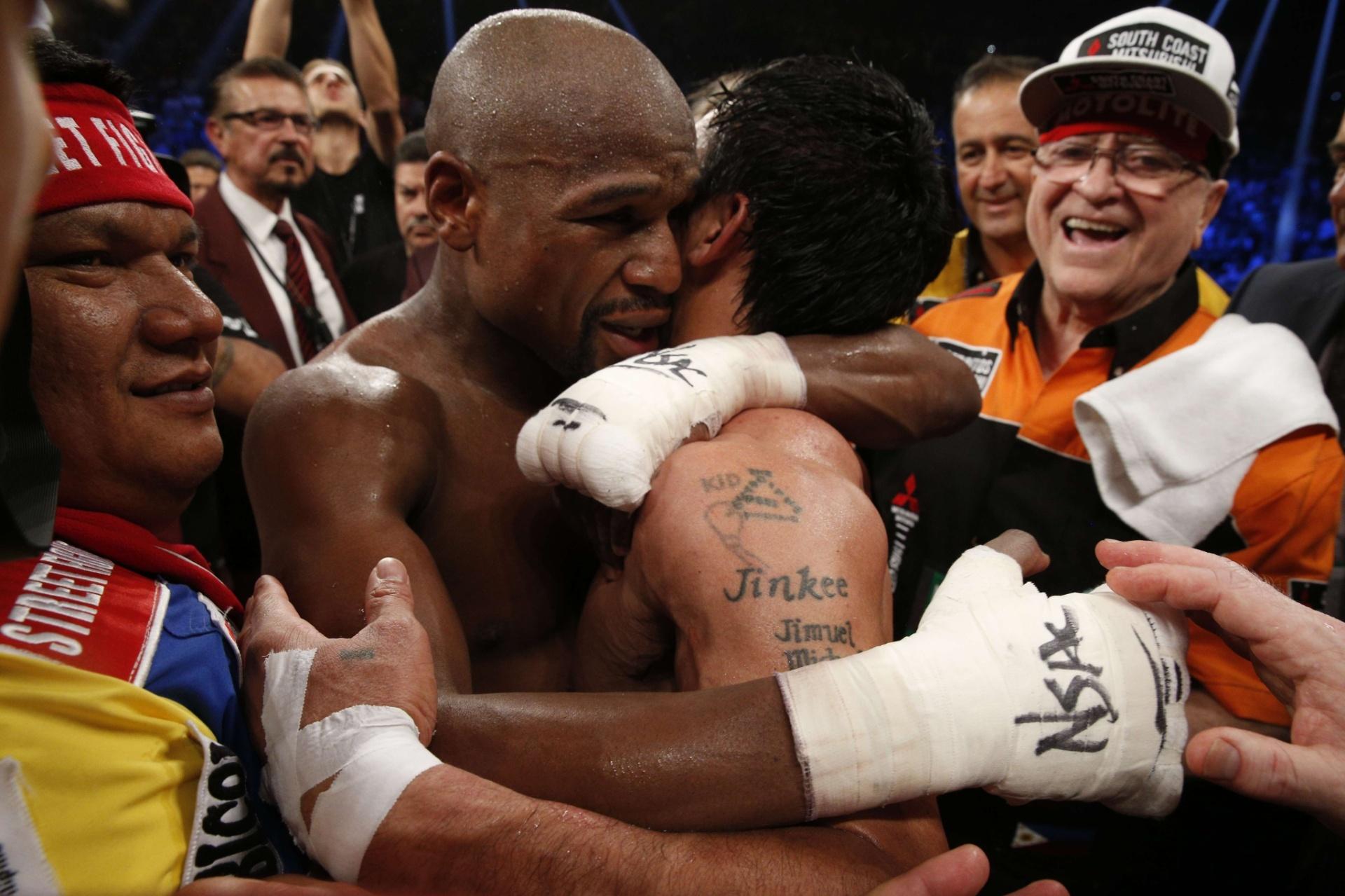 Mayweather e Pacquiao se abraçam depois da luta