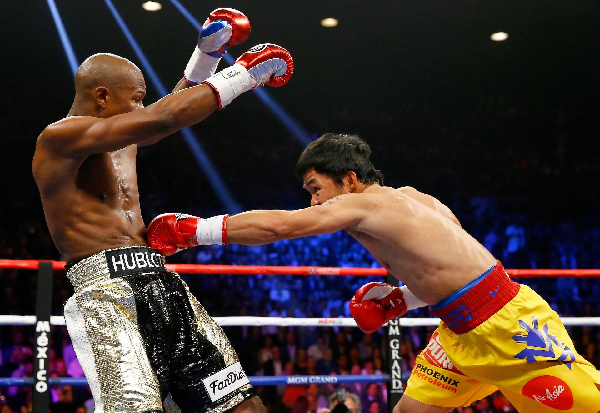 Mayweather se esquiva de golpe desferido por Manny Pacquiao