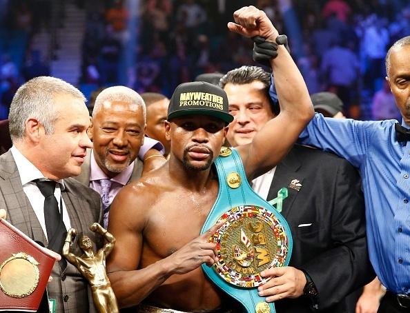 O campeão Floyd Mayweather recebe o cinturão após vencer Manny Pacquiao