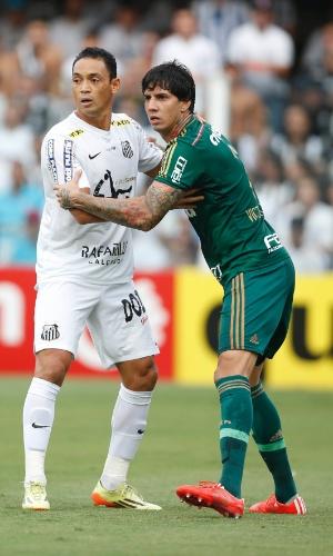 Ricardo Oliveira, do Santos, e Victor Ramos, do Palmeiras, disputam bola durante final do Paulista