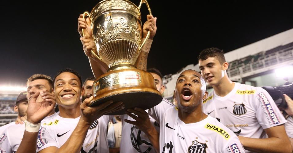 Ricardo Oliveira e Robinho erguem a taça após o Santos vencer o Campeonato Paulista