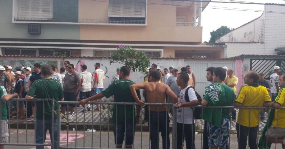 Torcida do Palmeiras chega à Vila Belmiro para a decisão do Paulistão