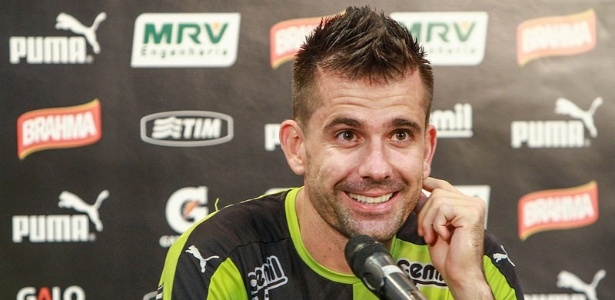 O Galo não pagou a conta pela compra dos direitos do goleiro Victor, em 2012