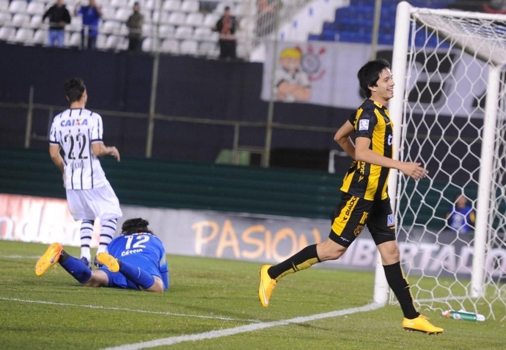 Alberto Contrera comemora o segundo gol do Guaraní contra o Corinthians