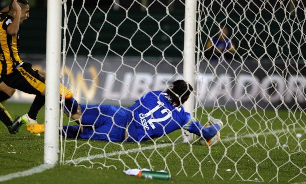 Cássio toma 'frangaço' no primeiro gol do Guarani contra o Corinthians pela Libertadores