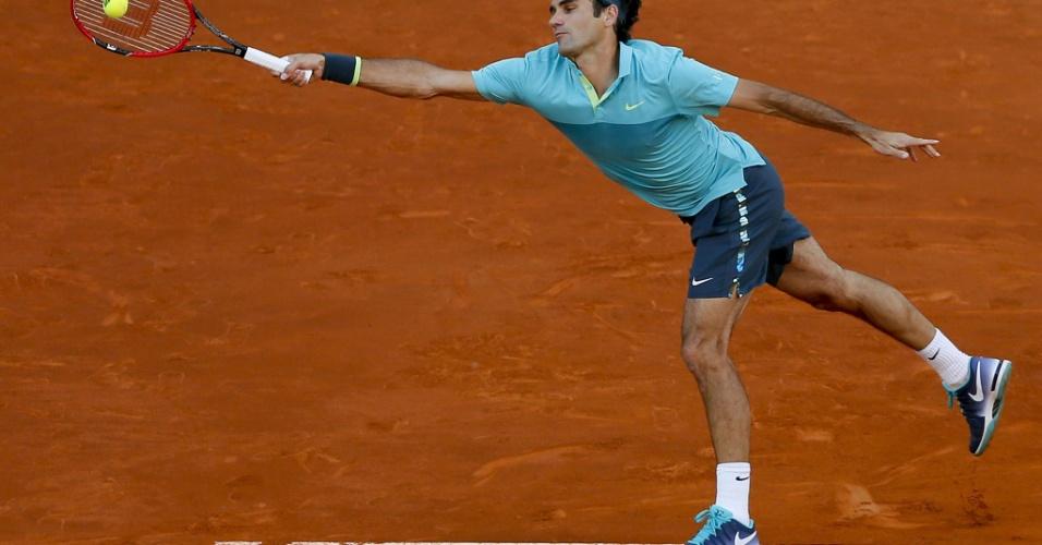 Federer devolve a bola em jogo contra Kyrgios