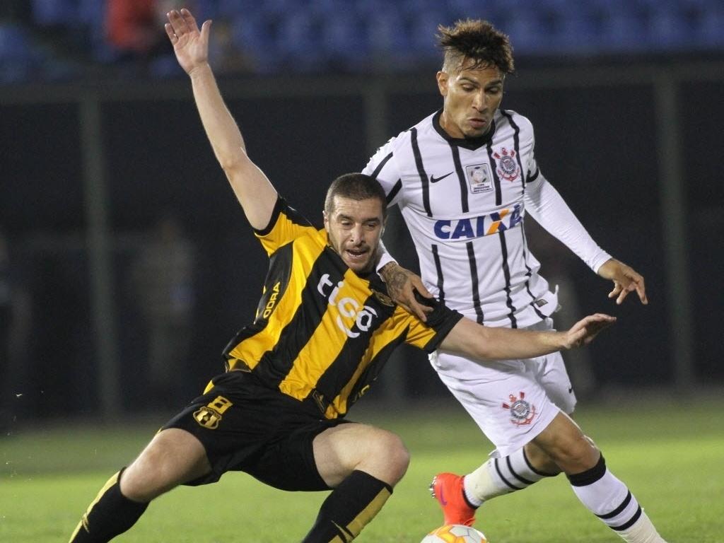 Guerrero disputa bola com jogador do Guaraní durante jogo do Corinthians na Libertadores
