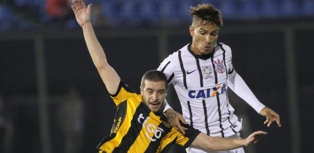 Guerrero em disputa de bola com jogador do Guaraní, no primeiro jogo das oitavas