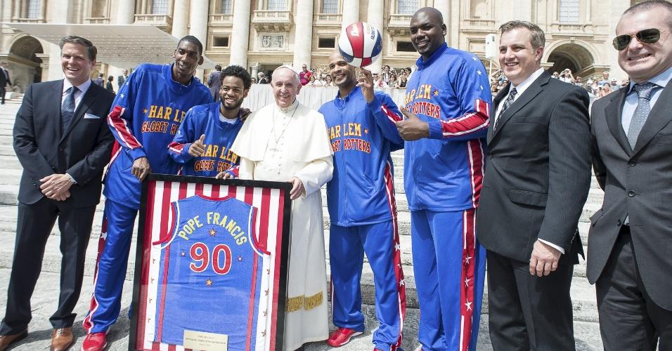 Papa Francisco ainda ganhou uma camisa personalizada da equipe