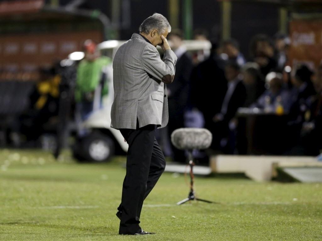 Tite se lamenta durante o jogo do Corinthians contra o Guaraní