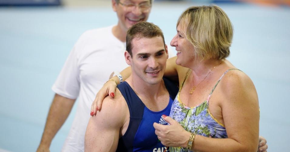 Arthur Zanetti ao lado da mãe Roseane