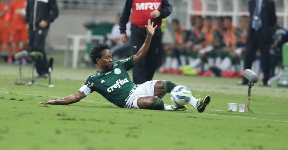 Capitão do Palmeiras, Zé Roberto dá carrinho para evitar saída de bola no jogo contra o Atlético-MG