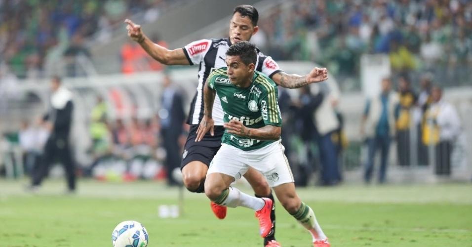 Dudu tenta se livrar da marcação na estreia do Palmeiras contra o Atlético-MG no Brasileirão