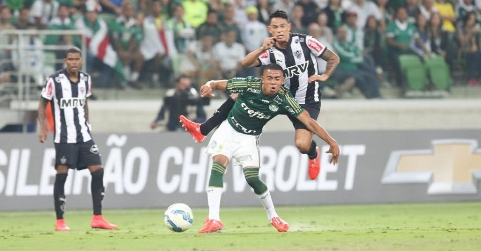 Gabriel Jesus se prepara para receber a bola durante Palmeiras x Atlético-MG