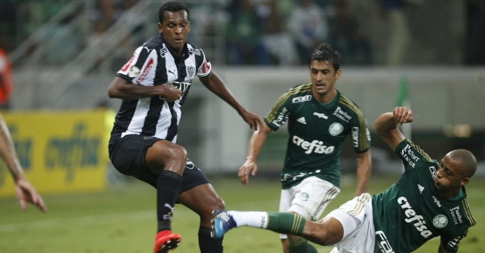 Jô, atacante do Atlético-MG, e Victor Hugo, zagueiro do Palmeiras, disputam bola em partida válida pela 1ª rodada do brasileirão 2015