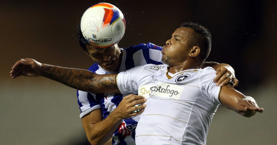 Jogadores de Botafogo e Paysandu disputam bola aérea